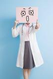 Affischtavla för överraskning för Woamn doktorstagande arkivbilder