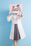 Affischtavla för skrik för Woamn doktorstagande royaltyfri foto