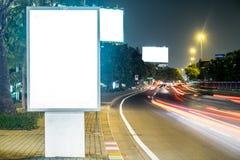 Affischtavla i stadsgatan, inklusive snabb bana för tom skärm Arkivfoton