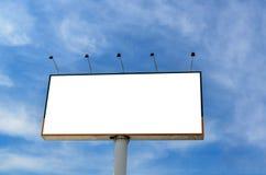 Affischtavla med bakgrund för blå sky Arkivbild