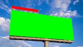 Affischtavla och moln för grön skärm som stor svävar i himmeltidschackningsperiod stock video