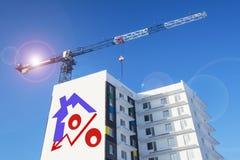 Affischtavla på bakgrunden av byggande av ett hus Arkivbild