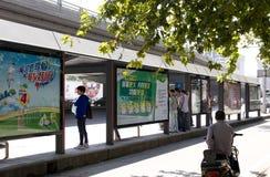 Affischtavla på bussstationen Arkivbild