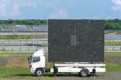 Affischtavla på den vita lastbilen som annonserar: LEDD PIXELskärmpanel för tecknet som annonserar på molnig himmel för utomhus-  arkivfoto