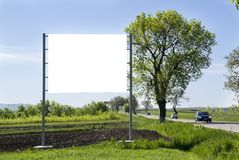 Affischtavla på grönt fält Arkivbilder