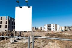 Affischtavla på konstruktionsplatsen DevelopmentBillboard för nytt hus på konstruktionsplatsen Royaltyfri Foto