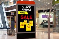 Affischtavla som annonserar Black Friday och rabatter i mellersta stort Arkivbilder