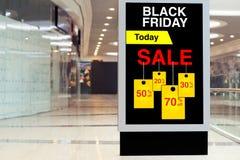 Affischtavla som annonserar Black Friday och rabatter i mellersta stort Arkivfoto