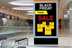 Affischtavla som annonserar Black Friday och rabatter i mellersta stort Royaltyfri Fotografi