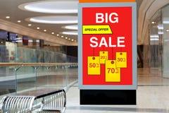 Affischtavla som annonserar stor rabatt och försäljning i stort lager fotografering för bildbyråer