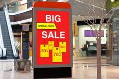 Affischtavla som annonserar stor rabatt och försäljning i stort lager Arkivbild