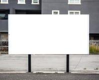 Affischtavlaaffisch på vägrenen med tom vitåtlöje upp område arkivbilder