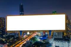 Affischtavlamellanrum för affisch för utomhus- advertizing på nattstaden Fotografering för Bildbyråer