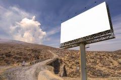 affischtavlamellanrum på bygdvägen för annonsering av bakgrund Arkivfoton