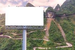 affischtavlamellanrum på bygdvägen för annonsering av bakgrund Arkivfoto