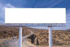 affischtavlamellanrum på bygdvägen för annonsering av bakgrund Arkivbilder