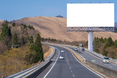 affischtavlamellanrum på bygdvägen för annonsering av bakgrund Fotografering för Bildbyråer
