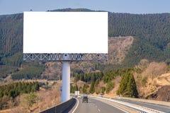 affischtavlamellanrum på bygdvägen för annonsering av bakgrund Royaltyfria Bilder