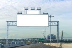 affischtavlamellanrum på vägen i staden för annonsering av bakgrund Arkivbilder