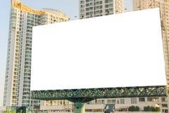 affischtavlamellanrum på vägen med stadssiktsbakgrund för advertisin Royaltyfri Fotografi