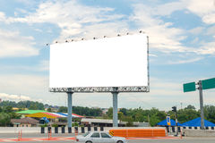 affischtavlamellanrum på vägen med stadssiktsbakgrund för advertisin Fotografering för Bildbyråer