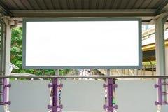 Affischtavlan eller den tomma affischen annonserar på stadsgatan för ny adver arkivfoton