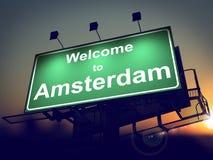 Affischtavlavälkomnande till Amsterdam på soluppgång. Royaltyfria Foton