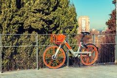 Affitto aspettante della bicicletta nella città di Madrid immagini stock