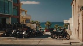Affitto del motorino Motociclette e motorini sulle vie di Creta stock footage