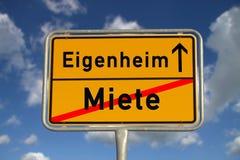 Affitto tedesco del segnale stradale e di proprietà a casa immagini stock libere da diritti