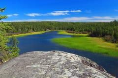 Affleurement rocheux arrondi de granit du bouclier canadien, parc territorial caché de lac, Territoires du nord-ouest photographie stock libre de droits