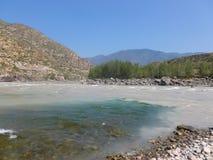 Affluenza di Chuya in Katun il fiume fotografia stock