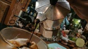 Affogato咖啡滴水在商店 免版税库存照片