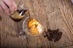 Affogato, café de derramamento do café ao gelado de baunilha no dobro fotos de stock