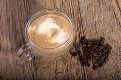 Affogato, café derramado do café ao gelado de baunilha no dobro foto de stock