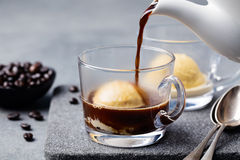 Affogato kaffe med glass på en glass kopp Arkivbilder
