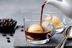 Affogato-Kaffee mit Eiscreme auf einer Glasschale Stockbilder