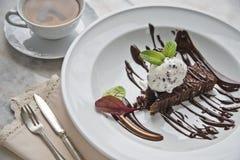 Affogato med med glass, jordgubbar, mintkaramellsidor, espresso och likör på marmorerar tabellen fotografering för bildbyråer