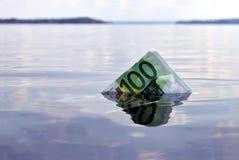 affondamento della nota dell'euro 100 Fotografia Stock Libera da Diritti