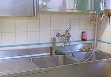 Affondi una cucina industriale d'acciaio nella mensa scolastica Immagini Stock Libere da Diritti