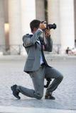 Affondo del fotografo dell'uomo che prendono immagine Immagine Stock