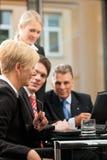 Affär - lagmöte i ett kontor Arkivbild