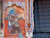 Affresco ingenuo con re indiano di maragià con la corona reale sulla parete storica in India Immagini Stock Libere da Diritti