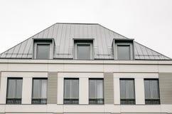 Affrontez sur la façade grise de nouvelle maison moderne contre le ciel nuageux, symmet Photographie stock libre de droits
