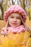 Affronti il ritratto di una ragazza sorridente vaga pensierosa in un cappello ed in una sciarpa di un inverno fatto a mano appros fotografia stock