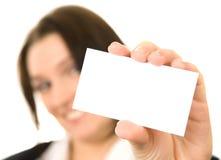 affärsaffärskvinnan card henne som presenterar Arkivbild