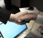 Affärsavtal, hälsning, handskakning Arkivbild