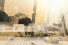 Affärsdokument på kontorstabellen med den smarta telefonen Fotografering för Bildbyråer