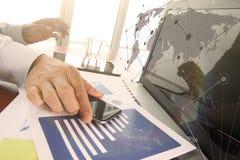 Affärsdokument på kontorstabellen med den smarta telefonen och digitalt Arkivfoto