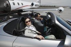Affärsfolk i bil på flygfältet Royaltyfria Foton